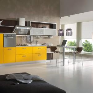 Jasne świeże kolory frontów kuchennych to znak charakterystyczny kolekcji Numana marki Spar. Żywa żółć stanowi słoneczny akcent w przestrzeni kuchennej. Fot. Spar.