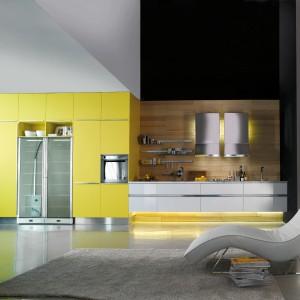 Ciepłe kolory drewna, uniwersalna biel i kanarkowa żółć. Takie połączenie wygląda energetyzująco, a zarazem elegancko. Fot. Miton, model MT 600.