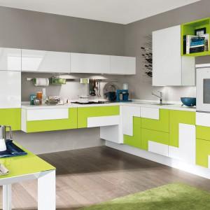 Zabawa kolorem i geometrią. Połączenie bieli z jasnozielonym kolorem, zamknięte w zmieniające się geometryczne formy nadaje kuchni dynamiczny, energetyzujący charakter. Fot. Lube Cucine, model Creativa.