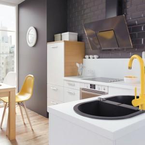 Bateria kuchenna z wylewką w kształcie litery U z serii Milin. Tym razem w wersji intensywnie żółtej. W połączeniu z czarnym zlewozmywakiem, tworzą oryginalne, niezwykle ciekawe wizualnie zestawienie. Fot. Deante.