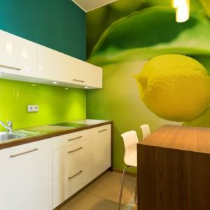 Wiosenny kolor do kuchni w prosty sposób wprowadzimy za pomocą fototapety. Soczyste cytrusy są jak znalazł na ożywienie wnętrza po długiej zimie. Fot. Minka.