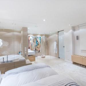 W Białymstoku najbardziej prestiżowym adresem jest Rezydencja Nowy Świat. Cały apartament ma powierzchnię 195 metrów kwadratowych, a tutaj widać przestronną master bedroom w środku. Fot. Marek Białokoz.