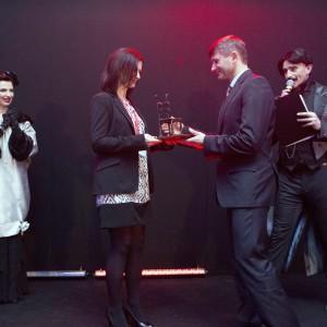 Wyłonienie zwycięzców w konkursie Produkt Roku nie było łatwe. Tym razem 38-osobowe jury musiało ocenić ponad 80 produktów. Na zdjęciu: Andrzej Binkowski odbiera nagrodę w kategorii Sypialnia z rąk Beaty Michalik. Fot. Bartosz Jarosz.