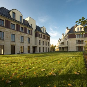 Apartamenty Zielona Etiuda, usytuowane we Wrocławiu w dzielnicy Krzyki, zostały pięknie wkomponowane w okoliczną zieleń. Fot. Atal.