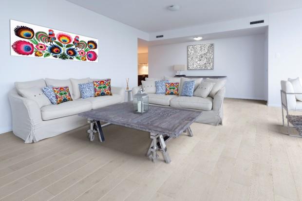 Styl łączący modernistyczny design z elementami czerpanymi ze sztuki ludowej to tzw. new folk lub modern folk. Istotną rolę odgrywa w nim wiele elementów, w tym także drewno, które jest obecne w elementach wyposażenia oraz na podłodze.