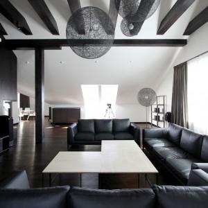 Przestronny salon z wysokim sufitem katedralnym jest centralnym punktem całego mieszkania. Projekt: Ramūnas Manikas, Valdas Kontrimas. Fot. Ramūnas Manikas.