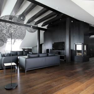 Salon został urządzony w minimalistycznym, oszczędnym stylu. Rolę dekoracji pełnią efektowne, ażurowe abażury lamp, które dzięki swojej formie nie obciążają przestrzeni. Projekt: Ramūnas Manikas, Valdas Kontrimas. Fot. Ramūnas Manikas.
