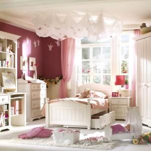 Różowe ściany stanowią znakomite tło dla mebli z jasnego drewna. Wzbogacenie aranżacji o dekoracyjny żyrandol i inne ozdoby pozwoli wyczarować iście królewskie wnętrze. Fot. Benjamin Moore.