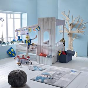 Oryginalne łóżko służy nie tylko do snu, ale też kreuje w pokoju klimat przygody. Ponadto, swym wyglądem, mebel inspiruje do zabawy, pełniąc funkcje zamku, domku czy statku. Fot. La Redoute.