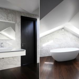 Płytki imitujące kamień i drewniana podłoga stanowią eleganckie tło dla oszczędnego wystroju łazienki. Projekt: Ramūnas Manikas, Valdas Kontrimas. Fot. Ramūnas Manikas.