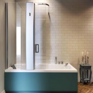 Wanna z Pop marki Glass  z dedykowanym parawanem ma ciekawą konstrukcję połączoną z panelem prysznicowym. Fot. Glass.