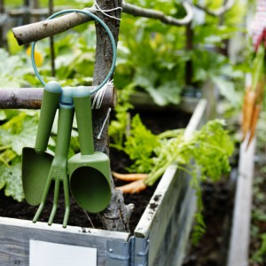 Już na początku sezonu warto zaopatrzyć się w niezbędne narzędzia, które przydadzą się podczas prac ogrodowych podczas najbliższych, kilku miesięcy. Na zdjęciu zestaw GRÄSMARÖ. Fot. IKEA.