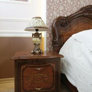 Dekoracyjne lampki umieszczone na stoliku nocnym doskonale komponują się z klasycznymi meblami. Fot. Bartosz Jarosz.