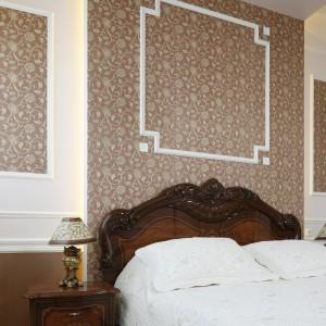 Tapeta umieszczona na ścianie za łóżkiem dodaje wnętrzu elegancji. Fot. Bartosz Jarosz.