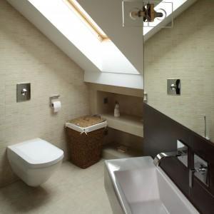 W małej łazience umywalki mogą być zamontowana tylko tuż przy wejściu, dlatego wybrano model, szeroki, aby była wygodna, za to od ściany zajmuje zaledwie 15 cm. Projekt: Piotr Gierałtowski. Fot. Tomasz Markowski.