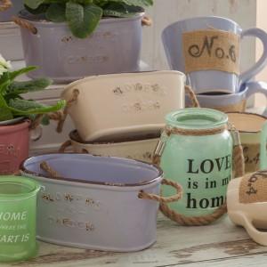 Doniczki i lampiony w stylu vintage znakomicie pasują do wiosennych aranżacji dzięki pastelowym kolorom. Propozycje od marki Pierrot Home Design dostępne w sklepie Sodo. Cena lampionu-słoika ze sznurem Love is in my home - 54 zł. Fot. Pierrot Home Design.
