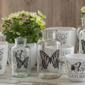 Biały to też kolor wiosny - świeżej i romantycznej. Doniczki z motywami owadów i szklane wazony w kształcie retro butelek do kupienia w sklepie Sodo. Cena średniej butelki z motylem (szer. 10,5cm, wys. 20cm) - 23 zł. Fot. Pierrot Home Design.