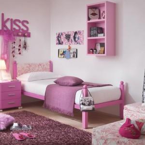 Jak sprawić, by biały pokój zyskał wyrazisty, dziewczęcy charakter? Wystarczy wyposażyć go w różowe meble lub pomalować wyposażanie farbą w tym optymistycznym kolorze. Fot. Dearkids.