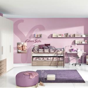 Ściany w odcieniu lila-róż będą znakomitym tłem dla modnych łączących modne białe fronty z drewnem. Fot. Giessegi.