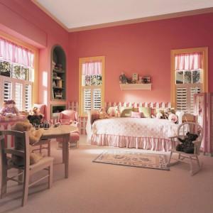 Brzoskwiniowy odcień różu na ścianach wprowadzi do wnętrza ciepłą atmosferę. Znakomicie skomponują się z nim meble z drewna. Fot. Benjamin Moore.