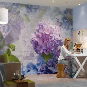 Fototapeta z motywem przeskalowanych kwiatów utrzymana w stonowanych pastelowych barwach. Fot. Castorama.