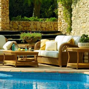 Nowoczesne meble ogrodowe wykonane z rattanu. Do wyboru są wygodne fotele, sofa oraz stoli. Dostępne w ofercie marki Point. Fot. Point.
