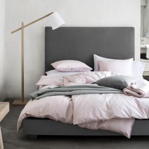 Delikatne szarości doskonale komponują się z pastelowymi, różowymi odcieniami. Fot. HM Home.