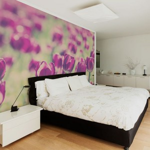 Fototapeta z motywem kwiatów wprowadza do sypialni wiosenną atmosferę bez względu na aurę za oknem. Fot. Big Trix.