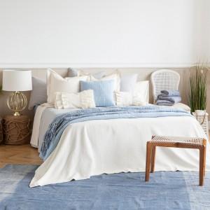 Delikatnie błękity doskonale się prezentują w towarzystwie bieli i jasnych szarości. Fot. Zara Home.