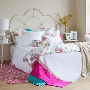 Kolorowe, wiosenne tkaniny to szybki sposób na wiosenną metamorfozę sypialni. Fot. Zara Home.