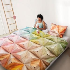 Komplet bawełnianej pościeli Geogami z oryginalnym, kolorowym wzorem. Fot. Snur.