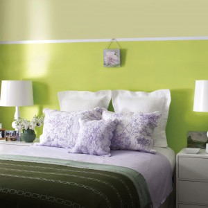 Kolor najczęściej kojarzony z wiosną - soczysta zieleń świetnie sprawdzi się na ścianach w sypialni. Fot. Benjamin Moore.