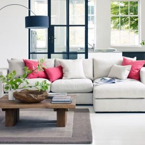 Biała sofa narożna Corner marki Ralf Furniture to uniwersalny mebel, który sprawdzi się w nowoczesnych wnętrzach w stylu loft oraz bardziej eleganckich aranżacjach. Aby podkreślić charakter meble wystarczy dodać kilka kolorowych poduszek. Fot. Ralf Furniture.