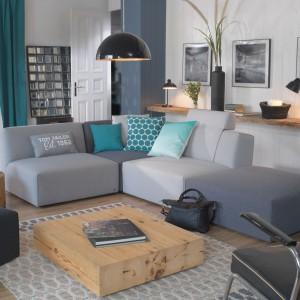 Sofę systemową Elements marki Tom Tailor tworzą praktyczne moduły: pufy i fotele, z których można ułożyć okazały wypoczynek, dostosowany do potrzeb domowników. Fot. Tom Tailor.