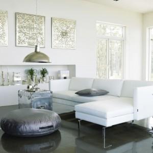 Bardzo elegancka sofa narożna Ramos marki Inne Meble w białym obiciu. Metalowe, nowoczesne nóżki nadają szyku oraz dodają formie jeszcze większej lekkości. Fot. Inne Meble.