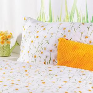 Komplet pościeli z wiosennymi kwiatami. Fot. Home & You.