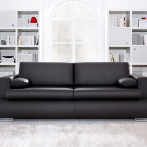 Enzo marki BRW to niewielka sofa z funkcją spania bez pojemnika na pościel. Elegancka tapicerka i metalowe stopki nadają nowoczesny, uniwersalny wygląd. Fot. Black Red White.