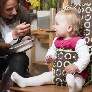 Pokrowiec chroni dziecko przed upadkiem z krzesła, jak również pomaga w utrzymaniu prawidłowej postawy. Jest to szczególnie ważny w przypadku dzieci, które nie skończyły roku. Fot. Totseat.