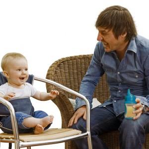 Usadzenie malucha w pokrowcu ułatwia karmienie oraz zmniejsza ryzyko powstania towarzyszących zabrudzeń. Fot. Totseat.