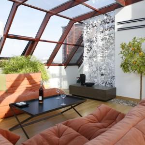 Mieszkanie na poddaszu nie musi oznaczać, że nie możemy mieć oranżerii. Taki zielony salon da nam namiastkę urlopu, zwłaszcza w słoneczne dni. Projekt: Alina Grzybowska, Konstanty Jeżewski. Fot. Bartosz jarosz.