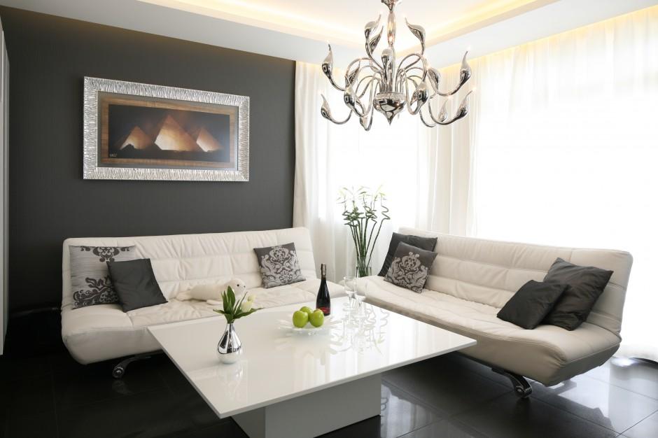 Elegancki salon urządzono w...  12 pomysłów na stolik kawowy do salonu