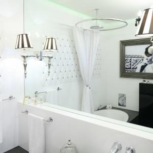 Piękna mozaika z efektem pikowania, która łączy białe elementy w kształcie rombów oraz drobne czarne kostki nadaje łazience wyjątkowy wygląd. Ściana wygląda jak obita kunsztowną tkaniną. Projekt: Małgorzata Galewska. Fot. Bartosz Jarosz.