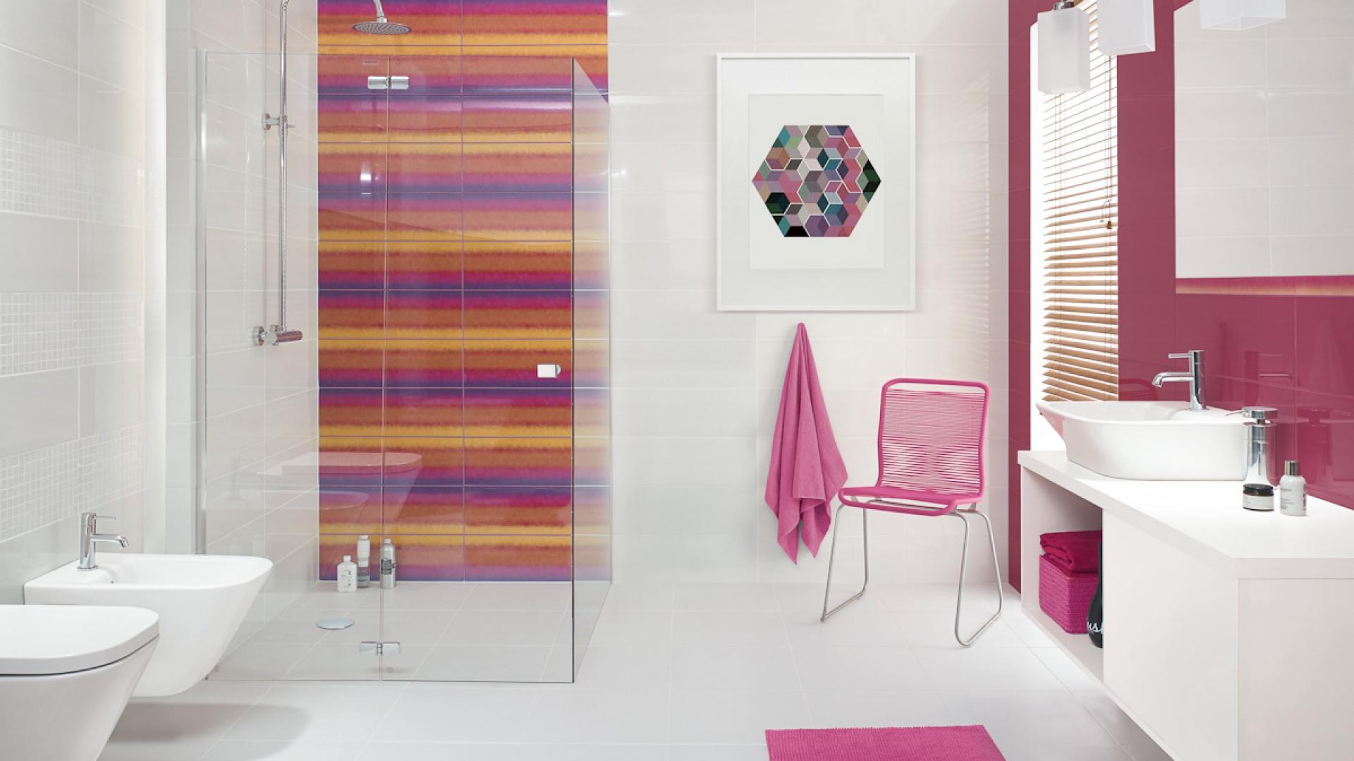 Kolorowe płytki z Briosa/Purio. Podstawę całej kolekcji stanowią płytki w formacie 20 cm x 60 cm oraz mozaiki w kolorze białym oraz fioletowym. Dodatkowo kolekcję wzbogacają dekoracje z motywem kwiatowym lub delikatną różową grafiką. Fot. Ceramika Paradyż.