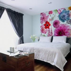 Fototapeta z motywem kolorowych kwiatów pięknie ożywi przestrzeń sypiali. Sprawdzi się zarówno w nowoczesnej, jak i bardziej klasycznej aranżacji. Fototapeta dostępna jest w ofercie sklepu Art of wall. Fot. Art of wall.