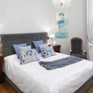 Sypialnia urządzona jest w jasnej, stonowanej kolorystyce. Ożywiają ją dodatki z nieco mocniejszej palety barw. Całość prezentuje się niezwykle stylowo. Projekt: Iwona Kurkowska. Fot. Bartosz Jarosz.