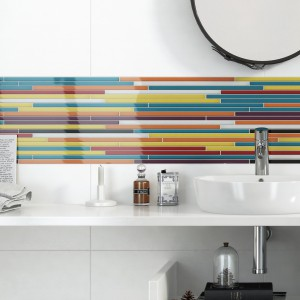 Szklane, kolorowe dekoracje ożywią wnętrze każdej łazienki. W połączeniu z białymi, gładkimi płytkami powstają kontrastowe kompozycję, które doskonale sprawdzą się nawet na małym metrażu. Fot. Opoczno.