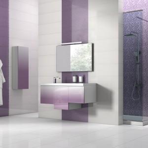Płytki z kolekcji Amelie w delikatnych, fioletowych odcieniach doskonale prezentują się w zestawieniu z białymi, gładkimi elementami. Fot. Tau Ceramica.