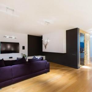 Salon otwarto na przestrzeń jadalni z kuchnią. Brak ścianek działowych dodatkowo powiększa przestronne wnętrze. Jedność przestrzeni zaznaczono poprzez jednorodną posadzkę na podłodze. Fot. Marek Białokoz.