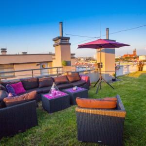 Budynek wieńczy zielony dach, na którym urządzono taras dla domowników penthouse'a. Relaks w promieniach słońca umila widok na panoramę miasta. Fot. Marek Białokoz.