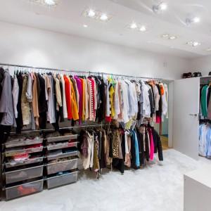 Obszerna garderoba zadowoli każdą panią domu. Mnóstwo miejsca na przechowywanie ubrań jest wspaniale oświetlone przez estetyczne, delikatnie techniczne lampy. Fot. Marek Białokoz.